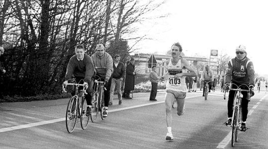 Radfahrer Begleiten Läufer