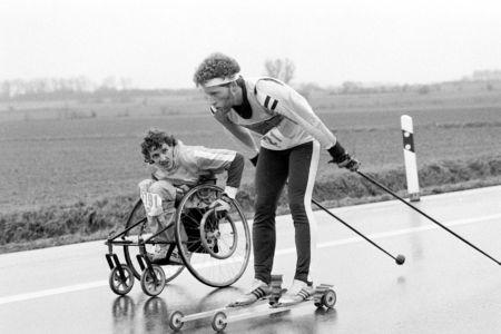 Rollifahrer Und Skifahrer