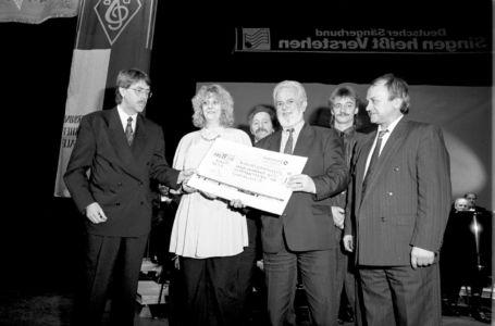 Spendenübergabe Am 9-02-1992-2